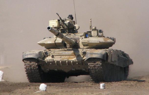 Т-90 преодолевает участок минно-взрывного заграждения (МВЗ)