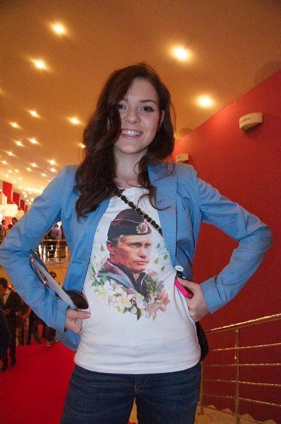На футболке у Олимпийской чемпионки А. Сотниковой новый символ современной России - президент Путин