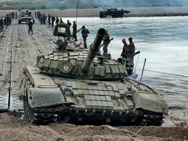 Танкисты Сибирского ВО форсировали водную преграду по понтонному мосту