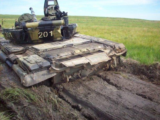 """Танкисты на полигоне """"Цугол"""" - в реальных боевых условиях грязи будет не меньше"""