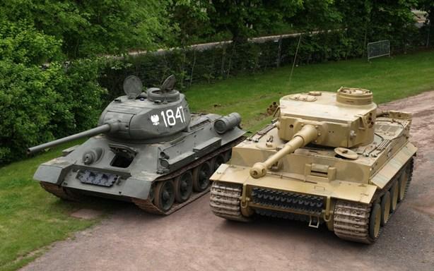 """Танки Т-34-85 и """"Тигр"""" - противники во время Великой Отечественной Войны"""