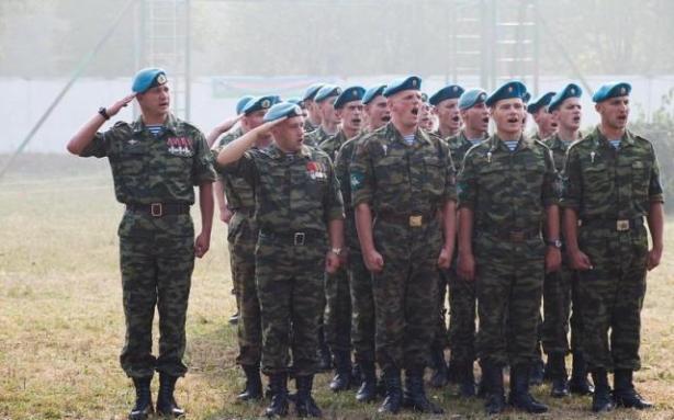 Подразделение 45-го гвардейского полка на строевом смотре