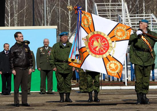 Д. Медведев награждает 45-й гвардейский полк ВДВ Орденом Суворова