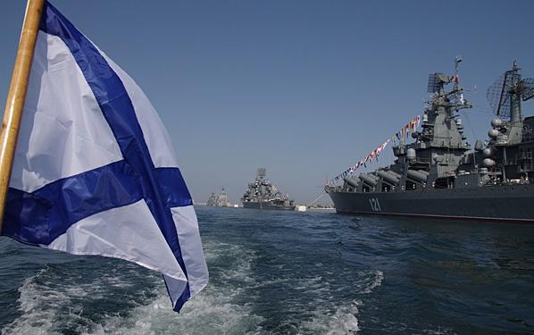 Андреевский флаг на фоне ордера российских боевых кораблей