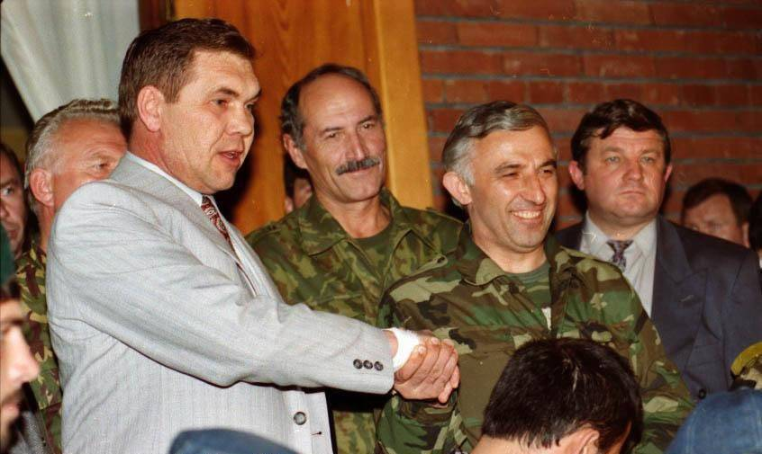 Александр Лебедь и Аслан Масхадов подписывают Хасавюртовские соглашения