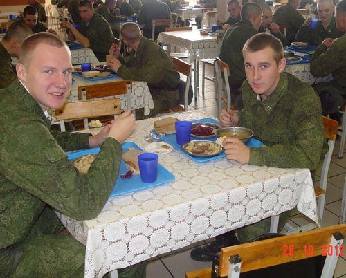 В современных Танковых войсках российской армии срочники разных призывов могут сидеть за одним столом